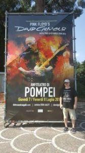 Gilmour'un dev afişi. İkinci gün birileri söküp götürmüştü.